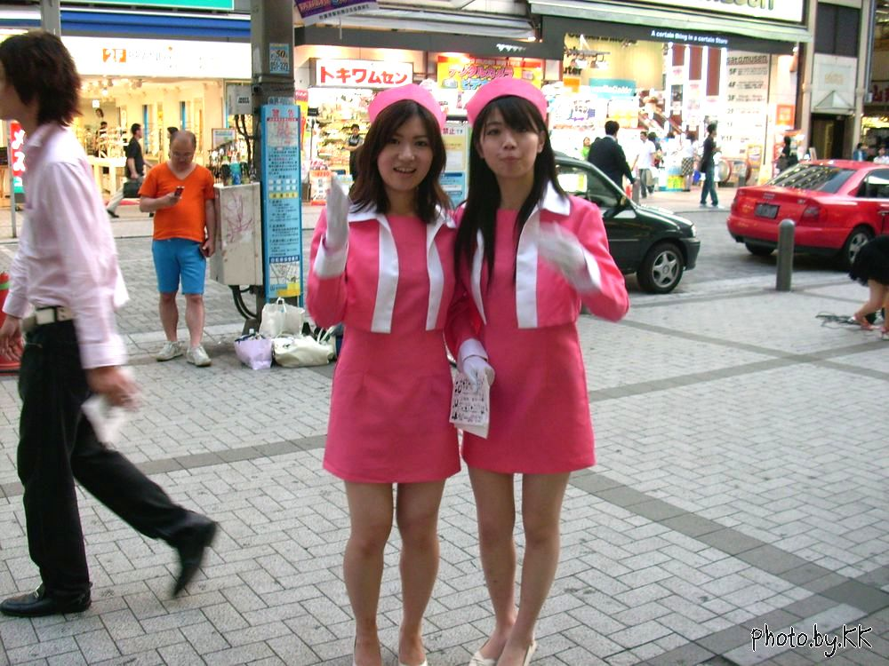 两位可爱的年轻的日本美女